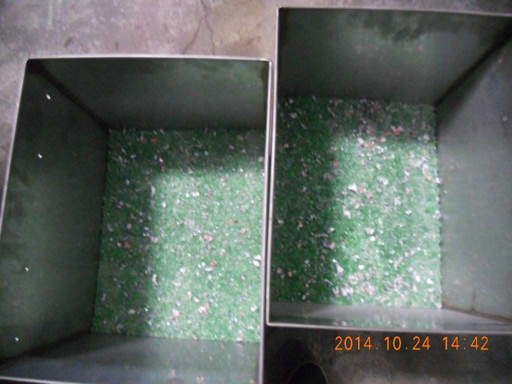 Flakes of glass bottle crusher after crushed by glass bottle crusher
